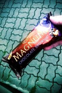 Wall's Magnum – Chocolate Brownie – วอลล์ แม๊กนั่ม ไอศครีมแท่ง พรีเมี่ยม กลิ่นบราวนี่เคลือบช็อกโกแลต และเม็ดมะม่วงหิมพานต์